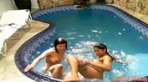 Mila e Thaina nadando peladinhas na piscina, veja