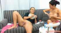 Safadas fazendo as unhas no sofá da Casa das Brasileirinhas
