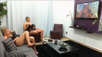 As duas loiras assistem um filme pornô do Kid Bengala, veja só