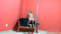 Pole dance com Bebel, ela fica nua e adora se exibir para as câmeras