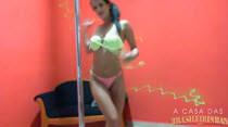 Carol Castro dança sensualizando no pole dance