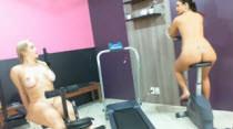 Cinthia Santos e Suzana Rios malhando sem roupa na casa
