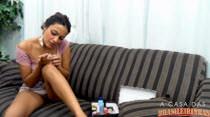 Kaka Oliveira pintando as unhas com os peitinhos de fora