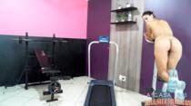 Kaka Oliveira balançando a bundinha na academia
