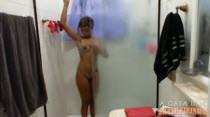 Bucetinha gostosa e depilada com Anny no chuveiro