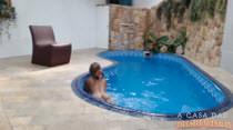 Ela fica pelada e relaxa gostoso na piscina da Casa das Brasileirinhas