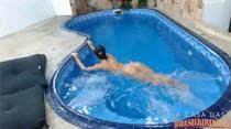 Pelada na piscina, Melissa Pitanga se exibe ao vivo