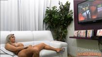 Cinthia assiste filme porno peladinha, confira!