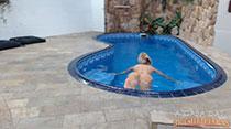 Peladinha na piscina, Cinthia Santos relaxa bem gostoso