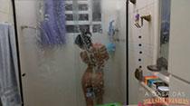 Kamilla Werneck tira a roupa e toma um banho bem gostoso