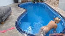 Peladinha na piscina! Veja só a loira nadando nua