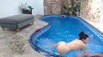 Nadando peladinha na piscina, Gabi provoca muito