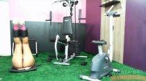 Juju Rangel fica peladinha e faz exercício na academia