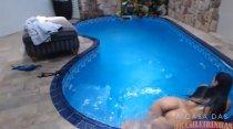 Nadando peladinha na piscina, Tuca Viana provoca!