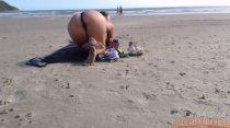 Na praia, Tuca Viana provoca e exibe o corpão