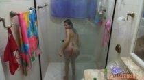 Hora da depilação, no banho da deliciosa Barbara Costa!