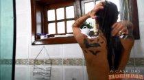 Ninfeta fica excitada durante banho e mostra a buceta para câmera