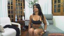 Juliana Ramos mostra sua bunda grande com óleo na webcam ao vivo