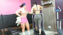 Para descontrair, as garotas fazendo academia durante a noite