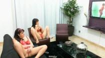 Agora elas assistem o filme pornô na sala da Casa das Brasileirinhas