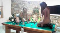 Duas rabudas jogando sinuca sem roupa, não dá pra perder