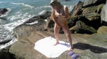 A loiraça da Casa das Brasileirinhas fica nua na praia