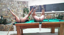 Evelin e Kaka jogando sinuca peladinhas na Casa das Brasileirinhas